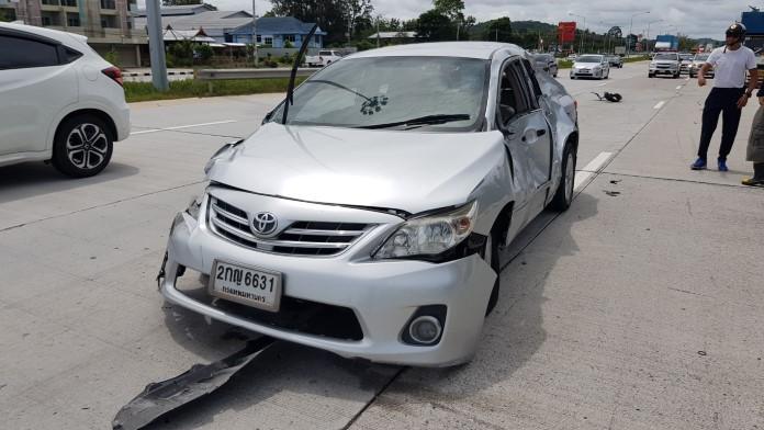 รถเบียดกันเข้าปั้ม ก่อนที่เก๋งเสียหลักพุ่งชนคนเดินข้างถนน ดับ 2 ศพ