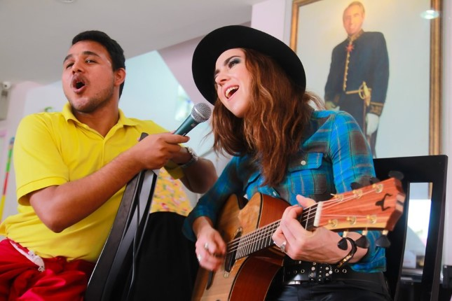 Sina Theil  นักร้องสาวสวยใจบุญจากไอร์แลนด์  แสดงมินิคอนเสิร์ตศูนย์พักพิงเด็ก-เอื้ออารี