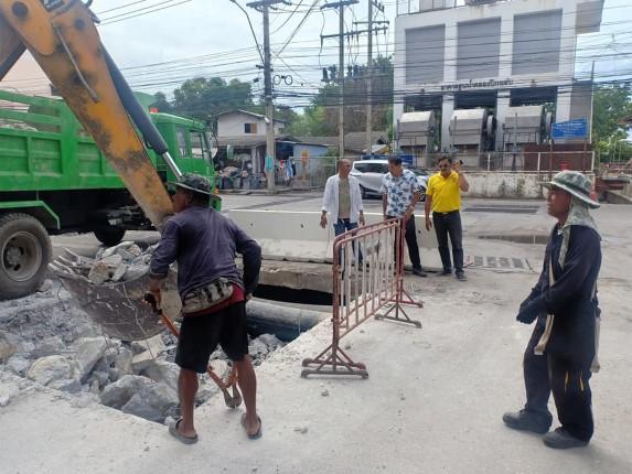 เมืองพัทยา ดำเนินการซ่อมแซมถนนชำรุด หน้าหมู่บ้านรุ่งโรจน์ นาเกลือ ตามที่ชาวบ้านร้องเรียน