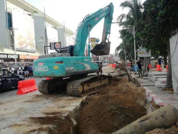 คืบหน้าโครงการก่อสร้างระบบป้องกันน้ำท่วม ถนนชายหาดพัทยา ส่งผลให้ถนนแคบ คาดแล้วเสร็จต้นปี 63