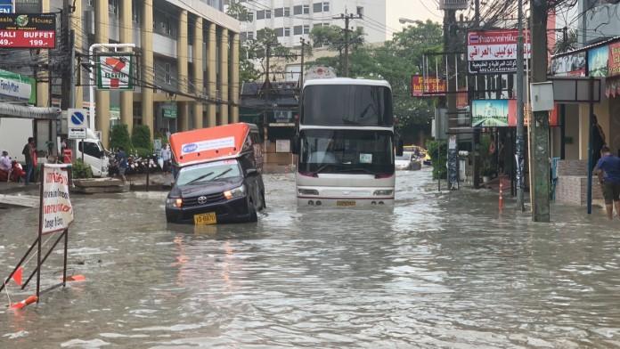 พัทยาฝนตกหนัก น้ำท่วมขังหนัก การจราจรติดขัด จนท.เร่งระบายลงทะเล