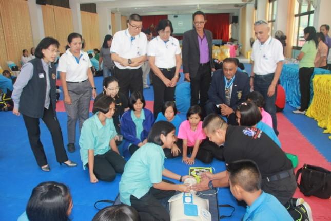 หลายหน่วยงานให้ความรู้เรื่องการใช้เครื่องกระตุกหัวใจแก่เด็กนักเรียน เรียนรู้การช่วยชีวิตขั้นพื้นฐาน