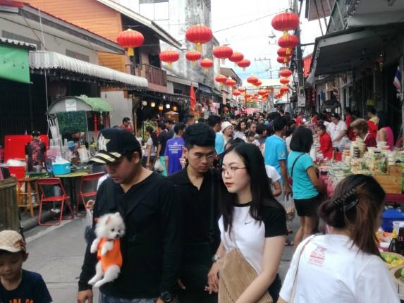 บรรยากาศกาศวันหยุดตลาดจีนชากแง้วพัทยา คึกคัก นักท่องเที่ยวแห่จับจ่ายใช้สอย สร้างรายได้สู่ชุมชน