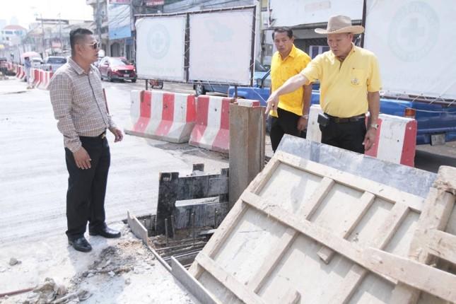 ผู้บริหารเมืองพัทยา ติดตามความคืบหน้าการดำเนินงานก่อสร้างวางท่อน้ำเสียและระบายน้ำฝน
