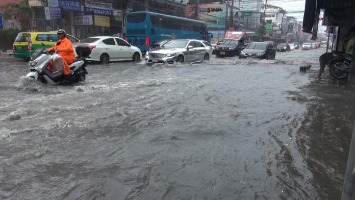 พัทยาฝนกระหน่ำชั่วโมงเดียว ท่วมหลายพื้นที่ เจ้าหน้าที่เร่งระบายน้ำ