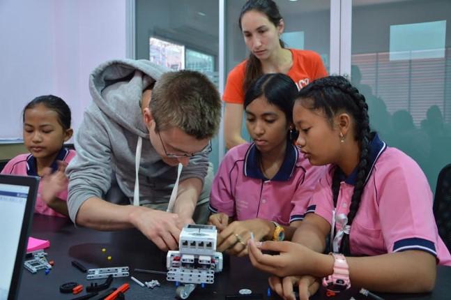 Z Quadrat จากเยอรมนี สอนการสร้างหุ่นยนต์เลโก้ แก่เด็กในการดูแลของมูลนิธิ HHN เพื่อเด็กไทย