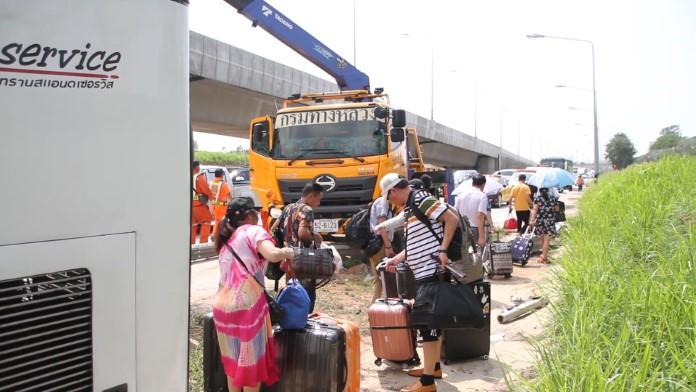 นักท่องเที่ยวจีน 17 ชีวิตโชคดีรอดตาย หลังรถทัวร์เสียหลักชนกวาดเสาไฟ และแผงเหล็กริมทางพังยับ
