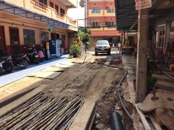 ชาวบ้านซอยเฉลิมพระเกียรติ 19 ร้องเรียนถนนที่กำลังก่อสร้าง มีระดับสูงกว่าบ้านเรือน