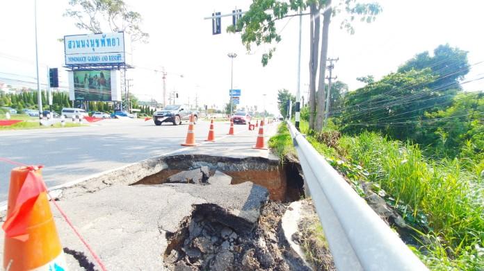 เตือนภัย! ถนนยูเทิร์นตรงข้ามสวนนงนุชพัทยาทรุด หลุมลึกกว้าง 3 เมตร วอนหน่วยงานซ่อม
