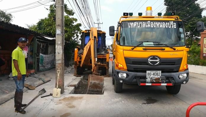 เทศบาลเมืองหนองปรือ นำเจ้าหน้าที่แก้ไขปัญหาน้ำท่วม มาบยายเลียเนินพลับหวาน
