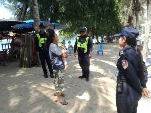 เทศกิจจอมเทียน ช่วยเหลือคนไร้ที่พึ่ง หญิงไทยอุ้มลูกน้อยวัย 2 ขวบขอเงิน นทท. นำส่งศูนย์พักพิงคนไร้ที่พึ่ง