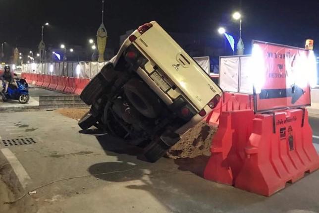 รถกระบะไม่ทันระวัง ตกหลุมโครงการสายไฟฟ้าใต้ดิน บนถนนสุขุมวิท
