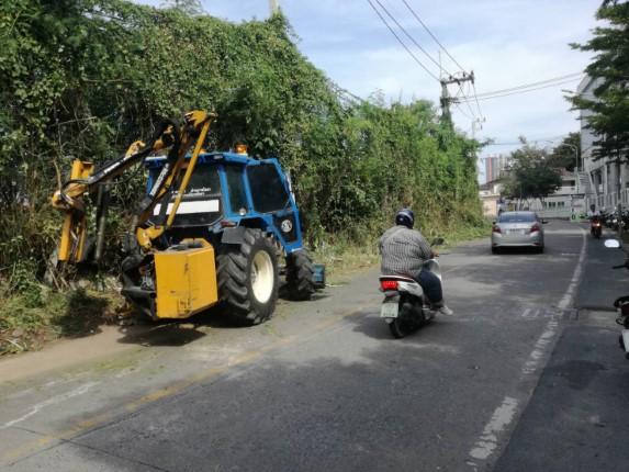 เมืองพัทยา ตัดถางหญ้าที่ล้ำมาบนถนนซอยเพนียดช้าง ตามที่ชาวบ้านร้องเรียน