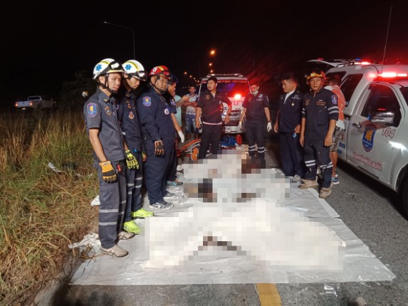 เก๋งเสียหลักชนเสาไฟตกร่อง ย่างสดดับ 3 ศพ ปาฏิหาริย์เด็กชาย 5 ขวบรอดตาย