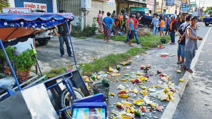 หนุ่มซิ่งกระบะหักหลบ ชนรถขายผลไม้และอื่นๆ เสียหายยับ 3 คัน สาหัส 1 ราย
