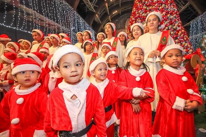 เด็กน้อยซานต้าน่ารักจากมูลนิธิสงเคราะห์เด็ก พัทยา ร้องเพลง คริสต์มาส
