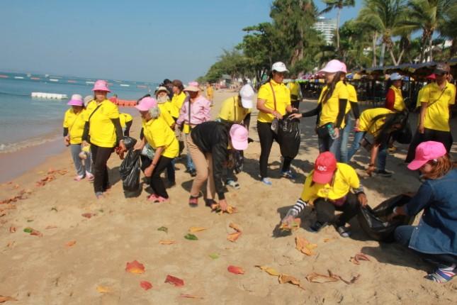 ผู้ประกอบการชายหาดจอมเทียน และประชาชนจิตอาสา ร่วมกันเก็บขยะทำความดีวันพ่อแห่งชาติ