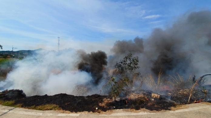 มือดีเผาขยะลุกลามป่าหญ้า เกือบ 10 ไร่ ชาวบ้านหนีอลหม่าน