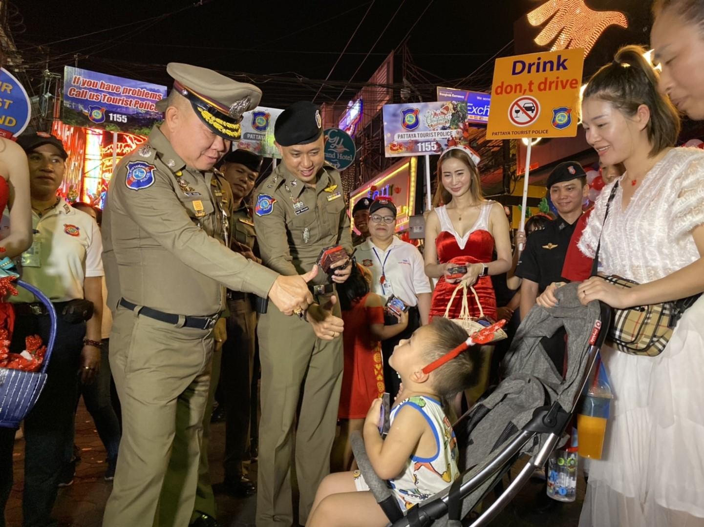 ตำรวจท่องเที่ยว เดินแจกช็อคโกแลต ดูแลความปลอดภัยนักท่องเที่ยวเข้ม ในคืนคริสต์มาส วอล์ค กิ้งสตรีท