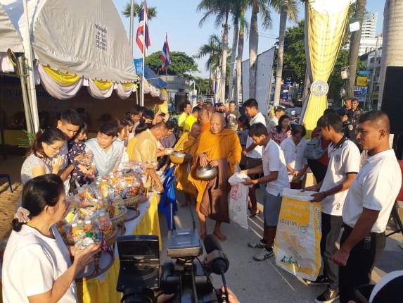 ประชาชนและนักท่องเที่ยว ร่วมพิธีทำบุญตักบาตร ต้อนรับเทศกาลปีใหม่ 2563