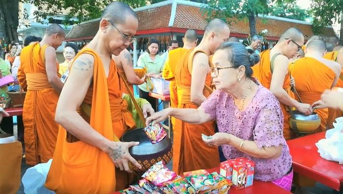 พุทธศาสนิกชนชาวไทยและต่างชาติ  ร่วมทำบุญเนื่องในวันขึ้นปีใหม่ วัดชัยมงคลพระอารามหลวง