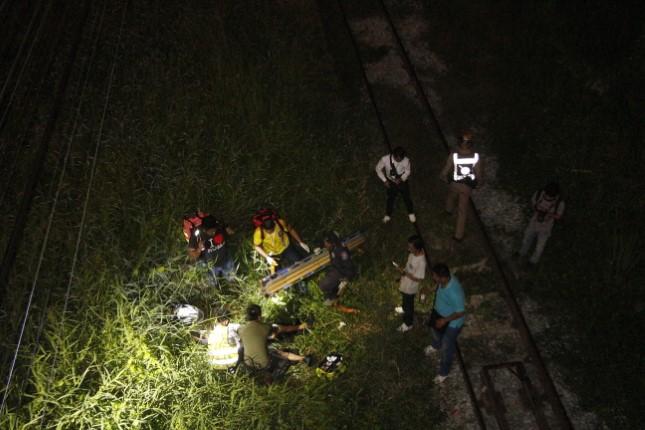 ระทึก! รปภ.ตกสะพานข้ามทางรถไฟสูง 5 เมตร กู้ภัยเร่งช่วยชีวิต