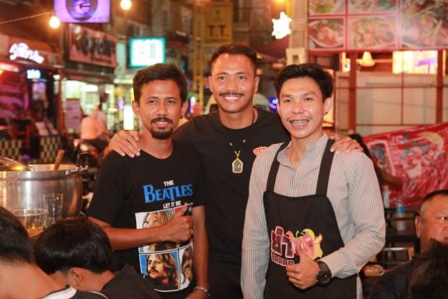อดีตนักฟุตบอลทีมชาติไทย ร่วมแสดงความยินดีแก่ลูกทีม เปิดร้านยำซี้ดซอยบัวขาว