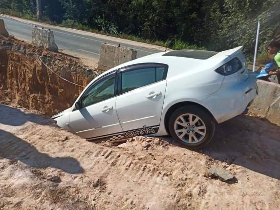 ร้องเรียนหลุมแนวท่อประปาชัยพฤกษ์ 2 รถยนต์ตกหลุมได้รับความเสียหาย