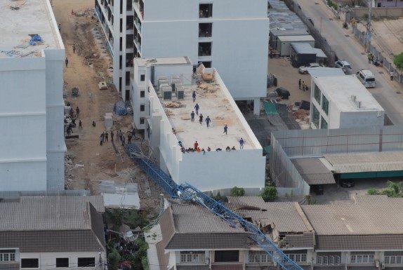 เครนก่อสร้างสุขุมวิทพัทยา 22 ถล่มทับอาคารบ้านเรือน เสียหาย 6 หลัง เจ็บสาหัส 3 ราย