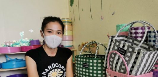 สาวไม่ยอมแพ้พิษโควิด ศึกษายูทูปทำกระเป๋าพลาสติกสานขายออนไลน์ อยู่รอดวิกฤต