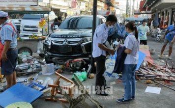 สาวขับปาเจโร่ ตกใจเหยียบคันเร่ง กวาดร้านค้าหน้าตลาด 4 ร้านรวด แม่ค้าเจ็บ 2