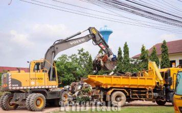 เทศบาลเมืองหนองปรือ จัดเก็บขยะตกค้างบ้านเอื้ออาทรเนินพลับหวาน วอนให้ทิ้งลงถังแก้ไขปัญหาซ้ำซาก