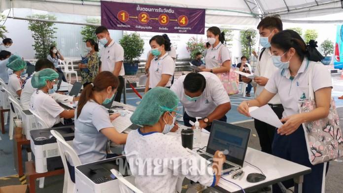 โรงพยาบาลกรุงเทพพัทยาคึกคัก ครูโรงเรียนเอกชนในพื้นที่อำเภอบางละมุง เข้ารับการฉีดวัคซีน