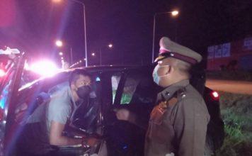 หนุ่มขับเก๋ง หลับในชนเสาไฟส่องสว่าง คนในรถบาดเจ็บ 3 ราย